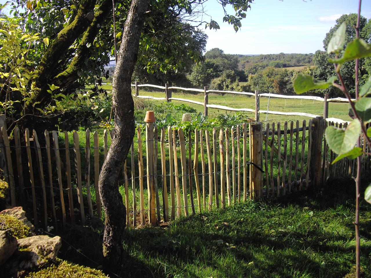 Le pr de la ferme du vieux poirier et le potager - Cloture de jardin chataignier ...